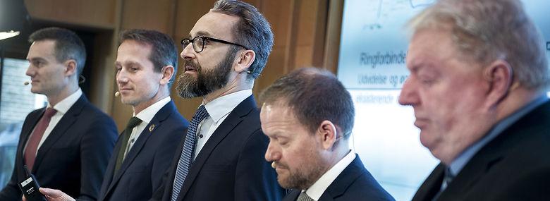 Både Kim Christiansen (DF) (th) og trafikminister Ole Birk Olesen (LA) (i midten), forsvarer investeringen i otte kilometers omfartsvej ved Mariager.<br />Foto: Liselotte Sabroe, Ritzau Scanpix