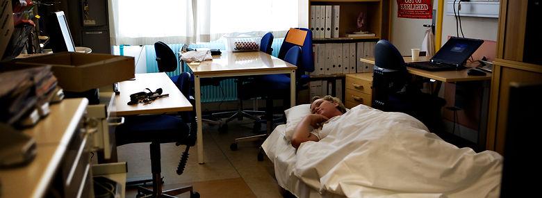 Sygeplejerske på Næstved Sygehus på nattevagt - med mulighed for at sove i kortere perioder under en nattevagt.<br />Foto: Jonas Pryner Andersen, Ritzau Scanpix