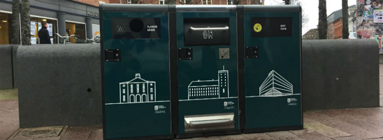 De intelligente affaldsspande komprimerer affaldet og sender besked til driftsmedarbejderne, når de skal tømmes.