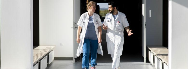 Lægerne Marie Pedersen og Ajmal Shafaq fandt hurtigt frem til de fem kegler, som gjorde det ud for hjertestop ved onsdagens øvelse.<br />Foto: Agata Lenczewska-Madsen