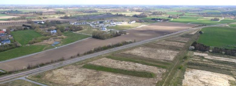 Arealet hvor den nye S-togsstation og den centrale del af Vinge skal bygges. I baggrunden ses Deltakvarteret i Vinge. <br />Foto: Steven Rønnenkamp Holst, Frederikssund Kommune