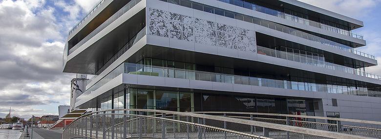 VUC Syd på havnekajen i Haderslev, hvor kostbar arkitektur har bidraget til skolens økonomiske problemer.<br />Foto: Jens Christian Top, Ritzau Scanpix