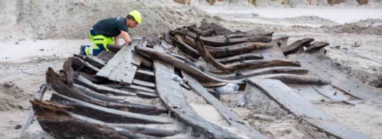 Resterne af det klinkbyggede skib fra 1500-tallet, som dukkede op i forbindelse med udgravningen. Skibet har oprindeligt været godt 16 meter langt og 7 meter bredt. <br />Foto: Ursula Bach, PensionDanmark.