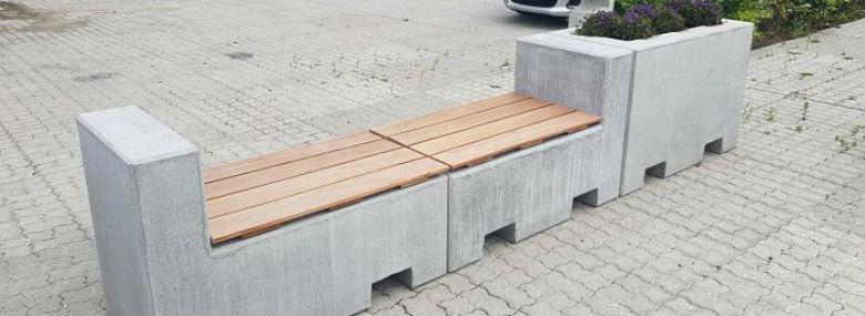 På hver betonklods sidder et beslag. Betonklodserne kan altså sættes sammen og dermed øge vægten, så terrorsikringen vejer op til 1,3 tons. Derudover vil klodserne folde sig rundt om køretøjet, hvis man kører ind i dem.  <br />Foto: Randers Kommune / Fårup Beton