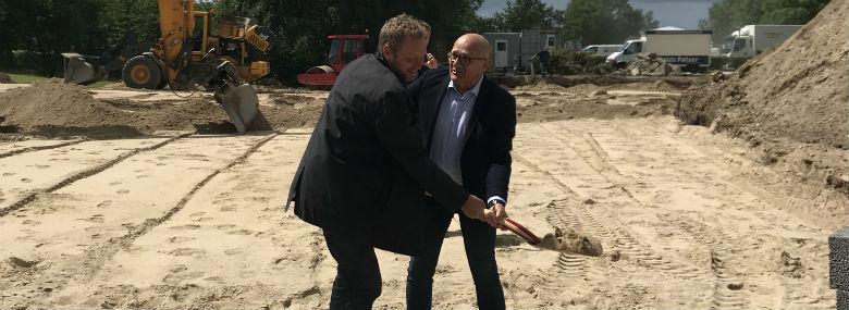 Peter Olsson, direktør AP Ejendomme, (tv.) og Emil Tang tog for nylig første spadestik til et friplejehjem i Nørager i Rebild Kommune.<br />Foto: AP Pension