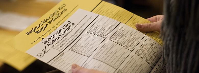 Det nye digitale system kommer ikke til at betyde, at borgere kan lægge papir og blyant fra sig. De får stadig stemmesedlen i hånden ved valg efter 2020.<br />Foto: Joachim Ladefoged, Ritzau Scanpix