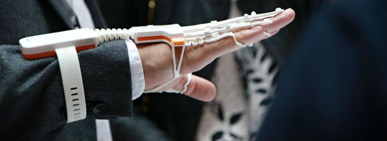 Eksempel på velfærdsteknologi til praktisk anvendelse: En såkaldt smart handske, der er udformet som en form for plastik-håndskelet med sensorer. Software med fx underholdende og spilbaserede træningsopgaver kan hjælpe brugeren med at genoptræne sin hånd.<br />Foto: Teknologisk Institut.