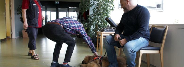 Michael Niegaard fra S.T. O. P. på plejehjemsbesøg med fredsmæglerhunden Gandhi.<br />Foto: Virksomheden S.T.O.P.