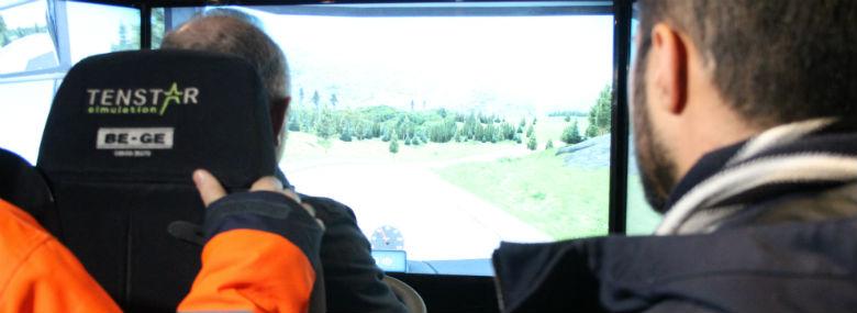 Nytilkomne flygtninge undervises blandt andet i lastbilsimulator, og undervisningen er effektiv i forhold til at få dem i beskæftigelse i transportbranchen.<br />Foto: Roskilde Kommune