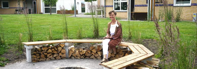 Forstander Lone Svendsen på Forebyggelses- og Rehabiliteringscenter Ulsteds bålplads.<br />Foto: Aalborg Kommune