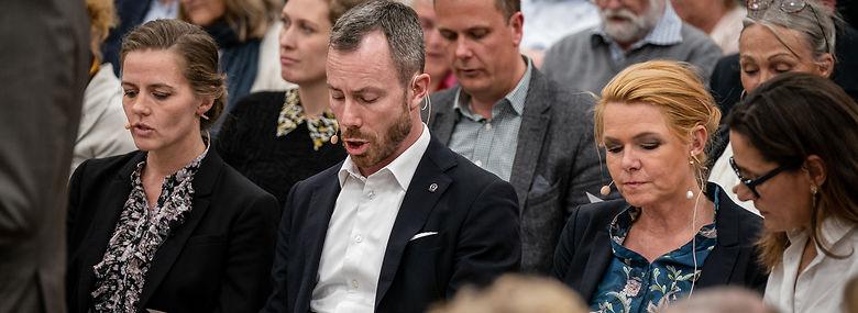 Ellen Trane Nørby (V), Jakob Ellemann-Jensen (V) og Inger Støjberg (V) synger en sang til vælgermødet på Lyngby Gymnasium, tirsdag den 17. september 2019. <br />Foto: Niels Christian Vilmann, Ritzau Scanpix