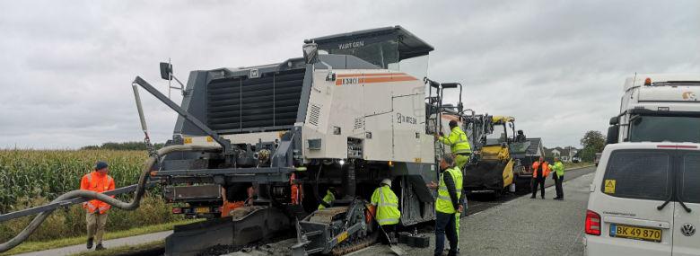 Den nye asfaltfræser, som Aarhus Kommune testede i går, kan både spare tid og CO2.<br />Foto: Aarhus Kommune