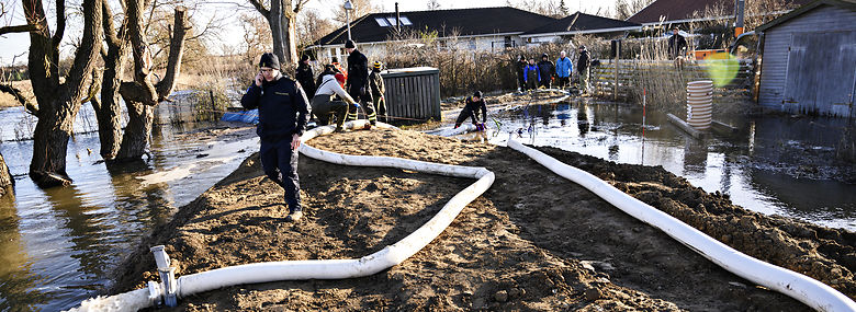 Frivillige og folk fra beredskabet i aktion under oversvømmelse ved Roskilde Fjord i januar 2019.<br />Foto: Philip Davali, Ritzau Scanpix