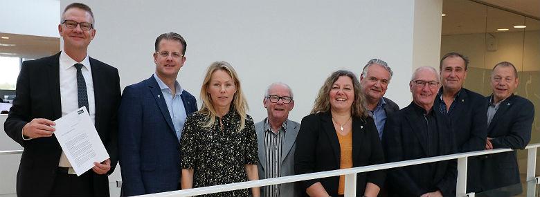 Aftalepartierne, til venstre borgmester Karsten Søndergaard (V) med budgetaftalen.<br />Foto: Egedal Kommune