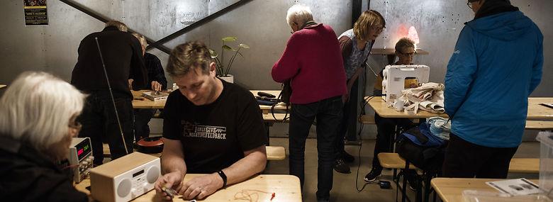 Repair Cafe i Skanderborg foregår i ungdomsskole-lokaler, hvor frivillige  tilbyder andre borgere at reparere tøj, elektronik, smykker eller møbler uden betaling, og hjælpe folk ved at lære dem at fikse tingene selv.<br />Foto: Morten Lau-Nielsen, Ritzau Scanpix