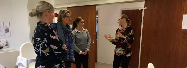 Pernille Thomsen fra institutionen Stjernestund (yderst til højre) fortæller her Jette Kyhl og Dorte Alrø om dagligdagen i vuggestuen, mens Lene Jørgensen (yderst til venstre) ser til.