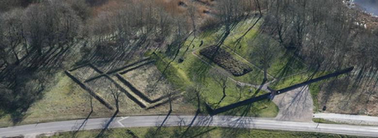 Tvis Kloster blevgrundlagt i 1163, og sporene af de gamle grundmure og grave er placeretved Tvis Møllevej tæt på Vandkraftsøen.<br />Foto: Holstebro Kommune