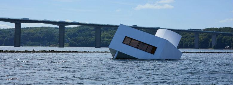 I 2018 vakte Asmund Havsteen-Mikkelsens kunstværk Flooded Modernity stor opmærksomhed, da det var en del af Floating Art.<br />Foto: Vejle Kommune.