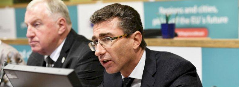 Vi kan se, at der er mest opmærksomhed på samhørighedspolitik i de nyere medlemsstater. Det er også stater, som har fået mest gavn af støtte over den sidste 50 år. Det modsatte er tilfældet i de medlemsstater, som har været med i lang tid, fx Portugal, som afhænger mest af politikken, sagde Marc Lemaître, her med formand for regionsudvalget, Karl-Heinz Lambertz, i baggrunden.<br />Foto: © European Union / John Thys