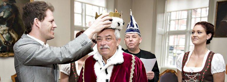 Aalborg-rådmand Mads Duedahl kårede i 2016 Johnny Reimar som karnevalskonge - Aalborg har Nordeuropas største karneval. <br />Foto: Henning Bagger, Ritzau Scanpix