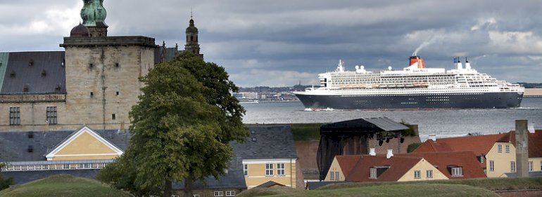 Krydstogtskibet M/S Queen Mary afsejler Helsingør.<br />Foto: Keld Navntoft, Ritzau Scanpix