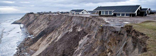 Beton og tonsvis af granit på stranden udløser bøder