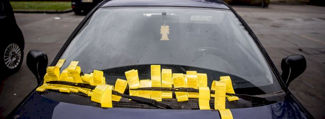 Kommunerne skal have lov til at fjerne ulovligt parkerede biler