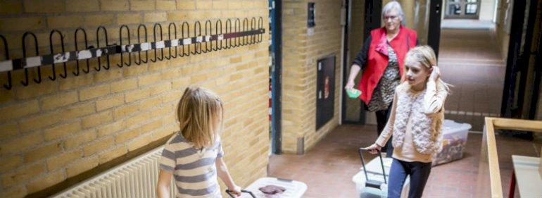 Pædagog Aase Pedersen sammen med Louis (6 år) og Smilla (9 år), som er i nødpasning på Rantzausminde Skole i Svendborg Kommune som de eneste børn på skolen.