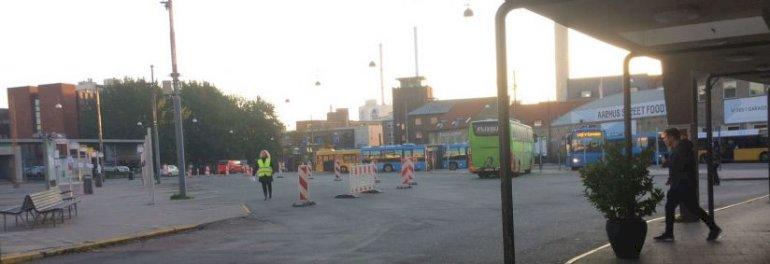 P-kælderen under Aarhus Rutebilstation er i så dårlig stand, at pladsen har været afspærret i næsten fem måneder. Nu skal p-kælderen fyldes op med grus og jord.