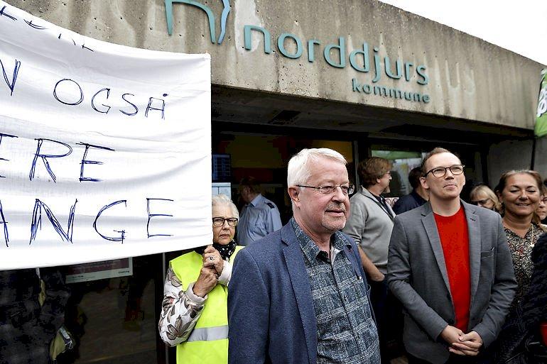Under en demonstration foran rådhuset i Grenaa, da Norddjurs Kommune skulle spare 115 mio. kr. Borgmester Jan Petersen (S) i midten.