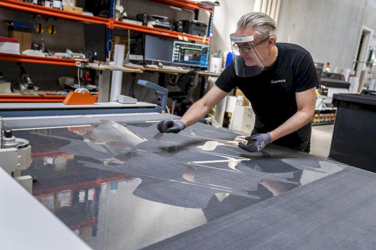 En virksomhed, der normalt fremstiller skilte, har omlagt til at producere værnemidler til bl.a. Region Hovedstaden og flere kommuner.
