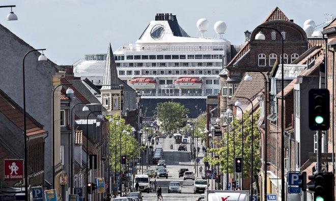 Krydstogtskibe ligger i ly for miljølovgivningen i kommunale havne