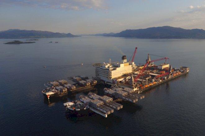 Verdens største konstruktionsskib på vej mod Tyra-feltet