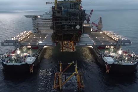 Pioneering Spirit løfter 14.000 tons tung Tyra-platform