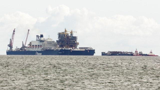Verdens største skib og Tyra på reden ved Frederikshavn