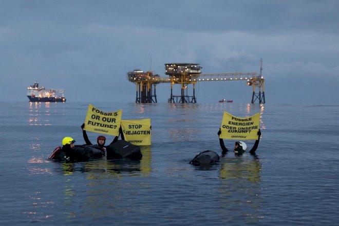 Greenpeace-aktivister svømmer ud til olieplatform i Nordsøen