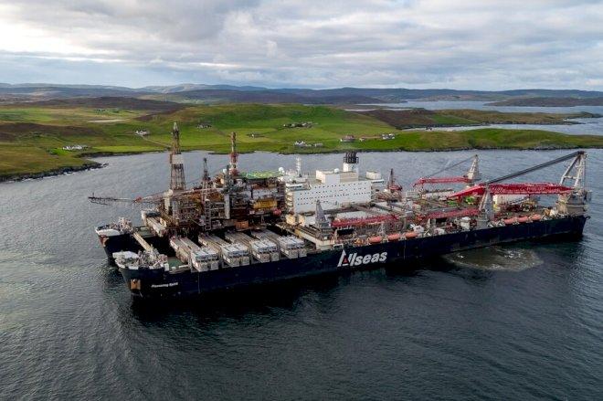 Pioneering Spirit sejler endnu en nedtaget boreplatform i havn