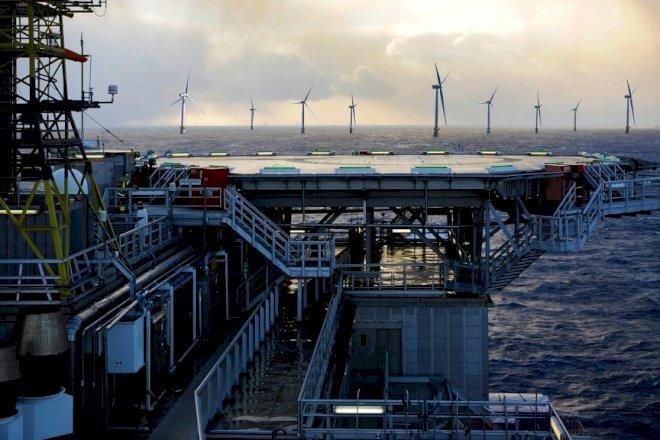 Konstruktionen af verdens største flydende havvindmøllepark sat i gang