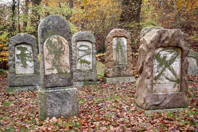 Hærværk mod jødiske gravsten udløser et års fængsel