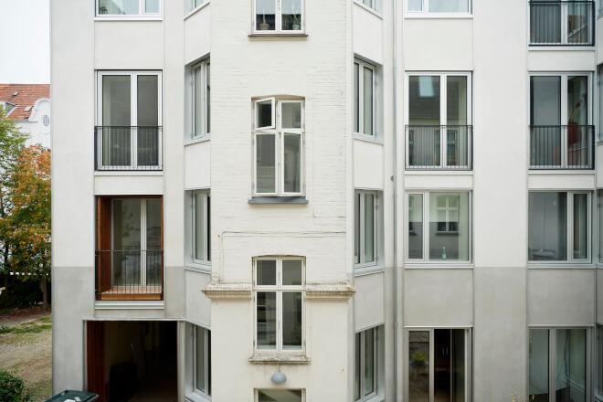 Bygas til tørretumbleren og regnvandsrør i facaden