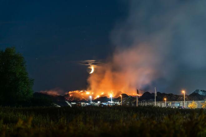Brandvæsen skifter strategi efter otte ugers affaldsbrand