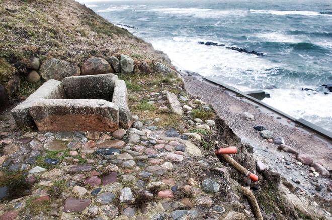 Gribskov vil sikre fortidsminde der er i fare for at styrte i Kattegat