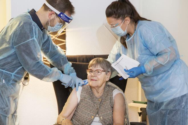 Alle plejehjemsboere er vaccineret på fredag - nu indkaldes sårbare ældre