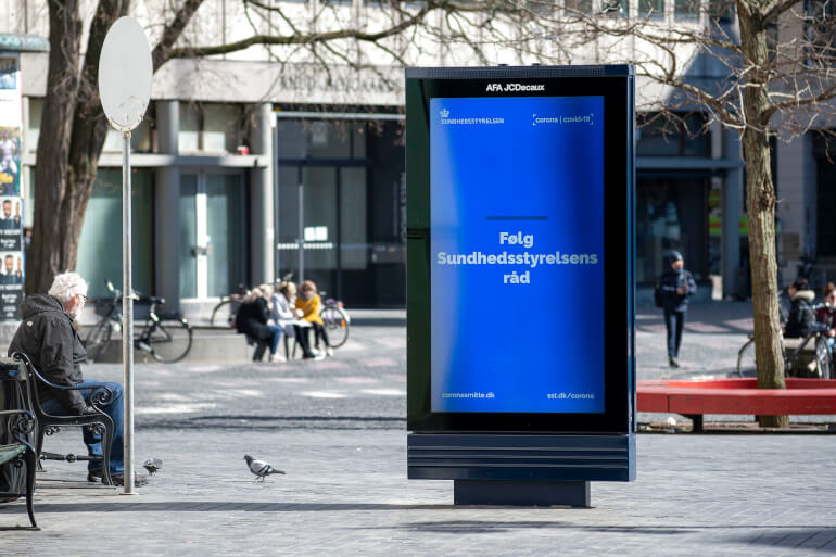 Sundhedsstyrelsen har brugt millioner af kroner på kampagner for at informere danskerne om corona både online og som det ses på billedet i det offentlige rum. (Arkivfoto) - Christian Lindgren, Ritzau Scanpix